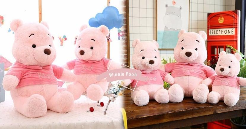 櫻花粉維尼浪漫來襲~小熊維尼玩偶染上夢幻粉櫻色,3種尺寸通通都好適合抱抱♡